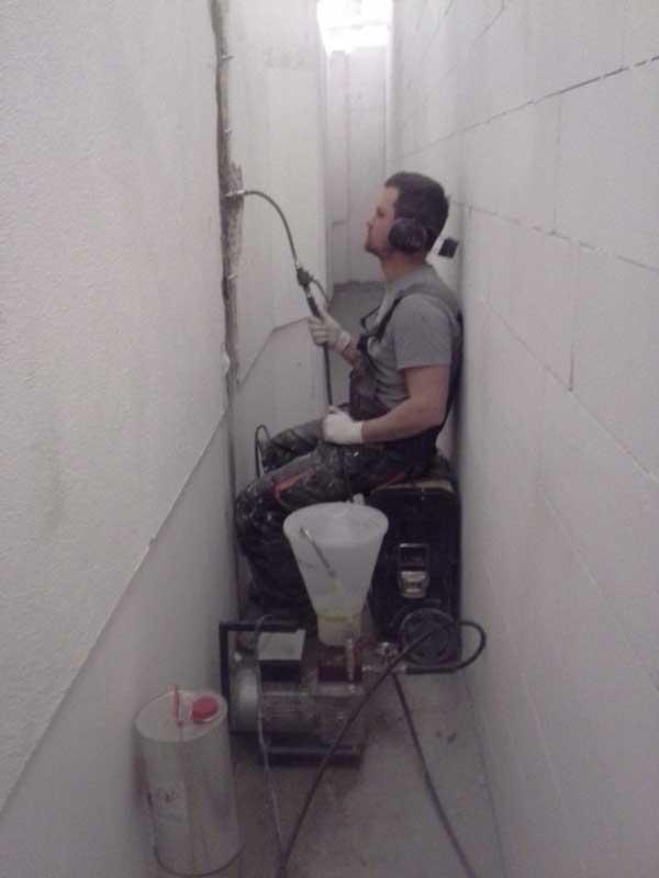 Uszczelnienie-rys-w-konstrukcji-betonowej-metoda-iniekcji-cisnieniowej